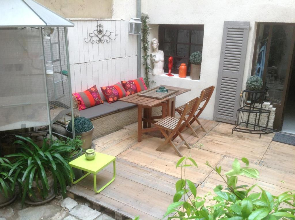 Bed and Breakfast Une Vue Sur Cour, Lagnes, France - Booking.com