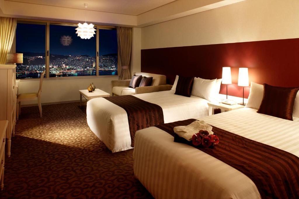 ポイント2.大きな窓から夜景を一望する客室