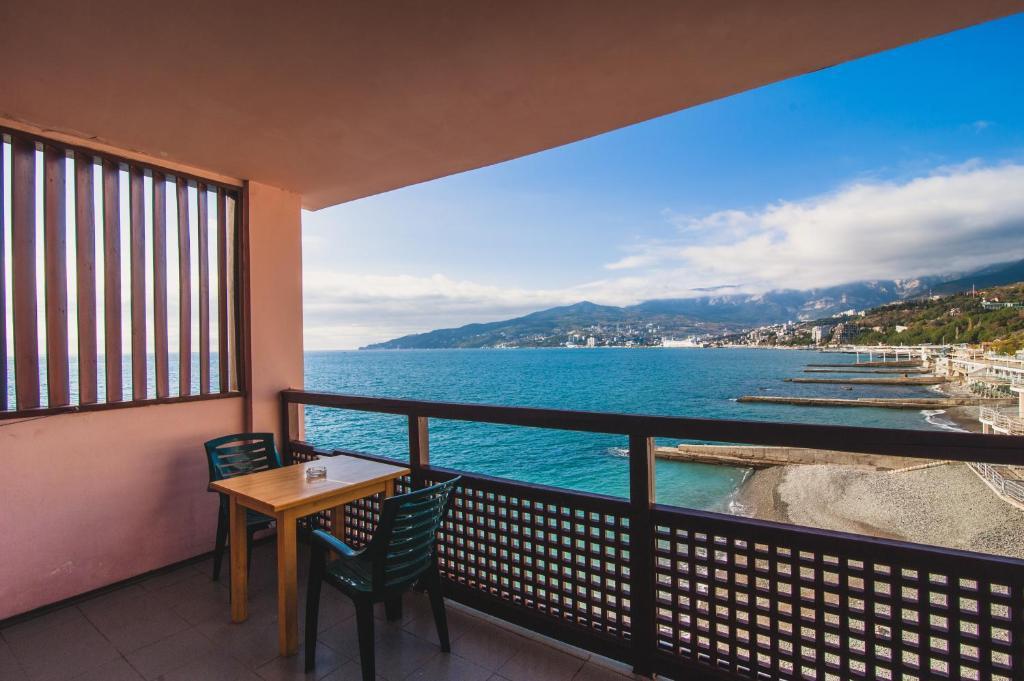 Семейный номер с балконом (с видом на море) гостевой дом див.