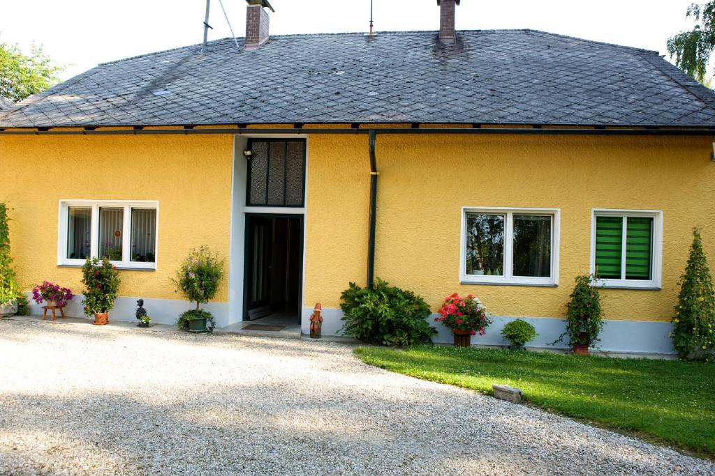 apartment ferienwohnung schloss pesenbach feldkirchen an der donau austria. Black Bedroom Furniture Sets. Home Design Ideas