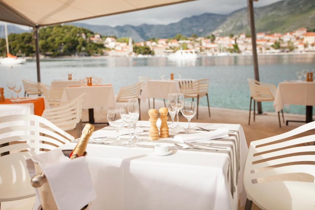 A restaurant or other place to eat at Hotel Croatia