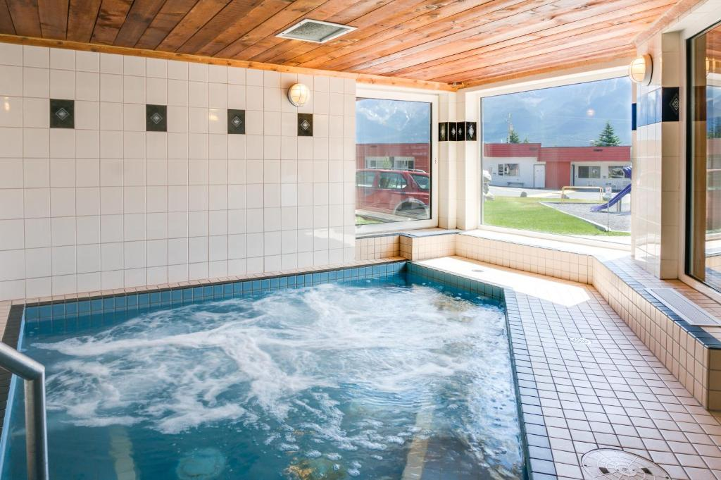 Rocky Mountain Ski Lodge, Canmore (Canada) Deals