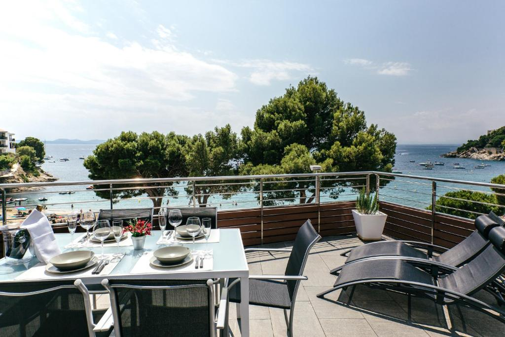 A restaurant or other place to eat at Vista Roses Mar - El Molí