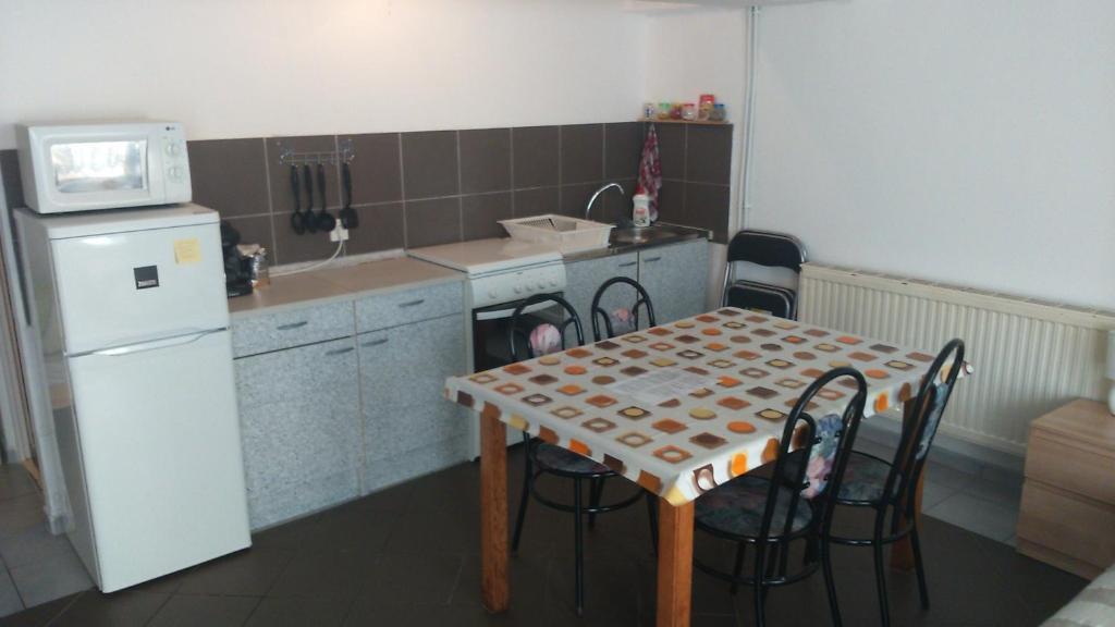 A kitchen or kitchenette at Turista és Munkás Szálló Budapest