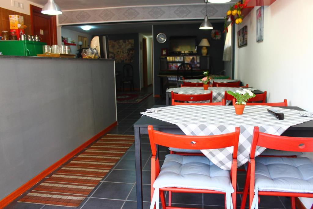 A restaurant or other place to eat at B&B Pompei In Family