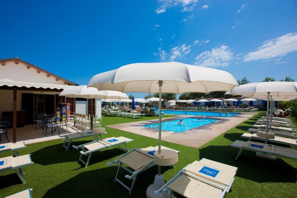 The swimming pool at or near Villaggio Camping Blu
