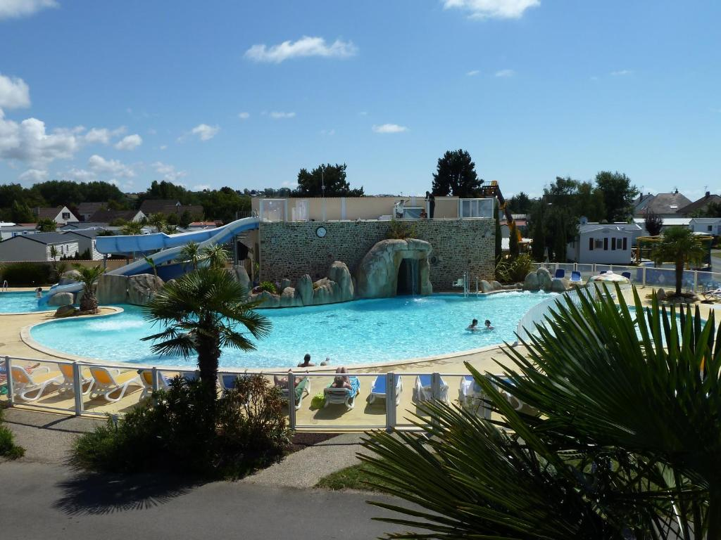 A view of the pool at Camping La Route Blanche or nearby