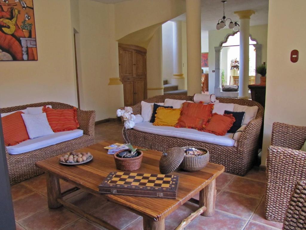 Casa o chalet casa paraiso colonial guatemala antigua for La terraza de la casa barranquilla telefono