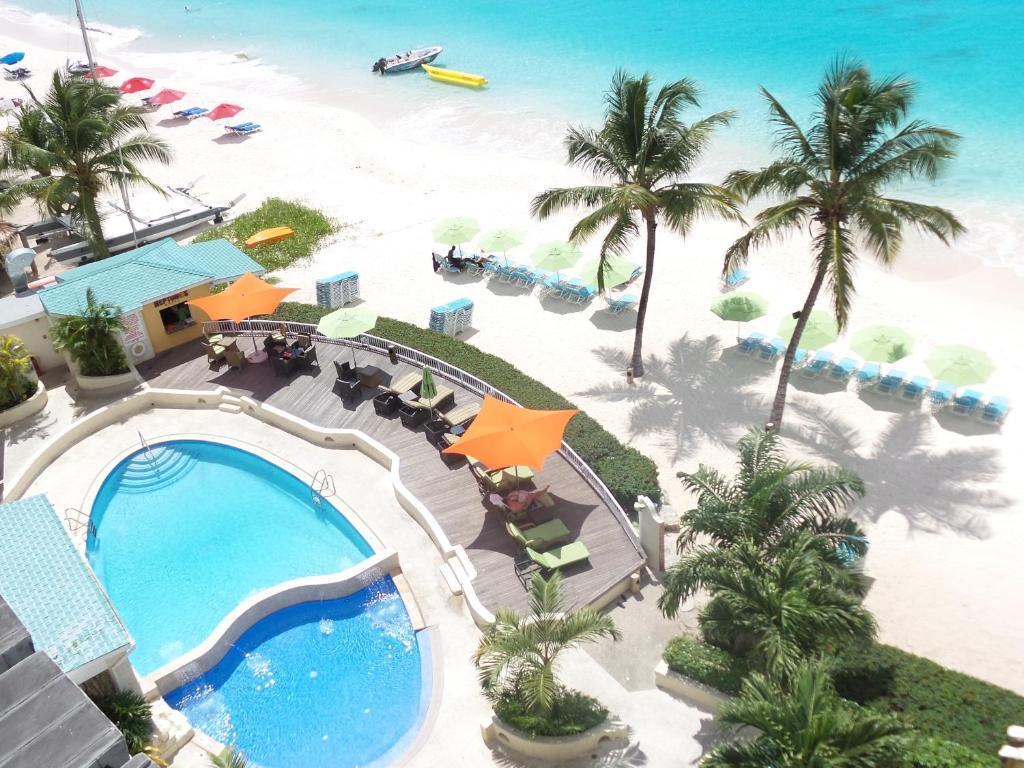 Uitzicht op het zwembad bij Radisson Aquatica Resort Barbados of in de buurt