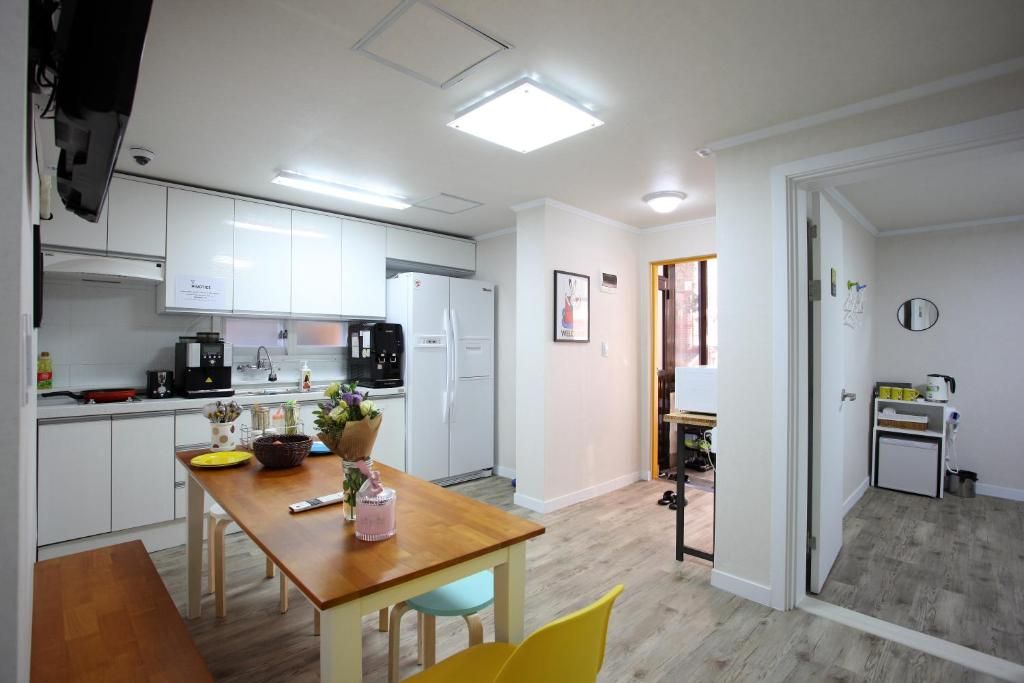 A kitchen or kitchenette at Guesthouse Dodam I