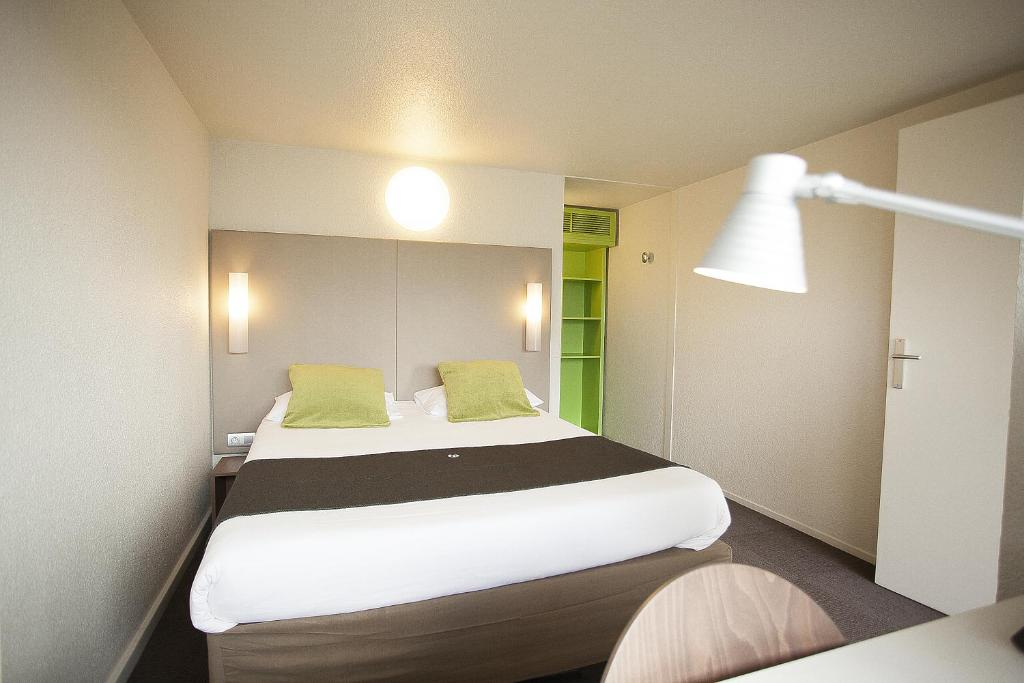 A bed or beds in a room at Campanile Evry Est - Saint Germain les Corbeil