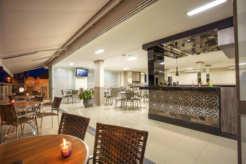 A restaurant or other place to eat at Estoril Hotel