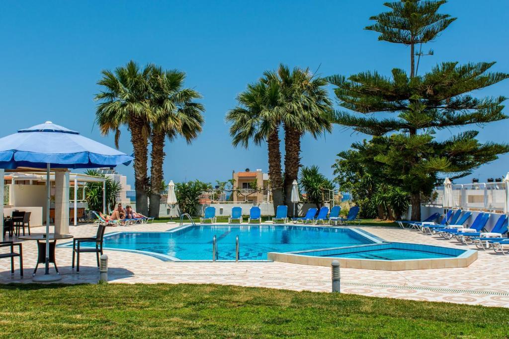 Het zwembad bij of vlak bij Manolis Apartments