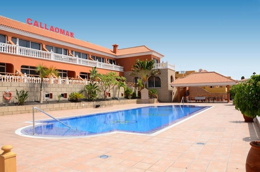 The swimming pool at or near Apartamentos Callaomar