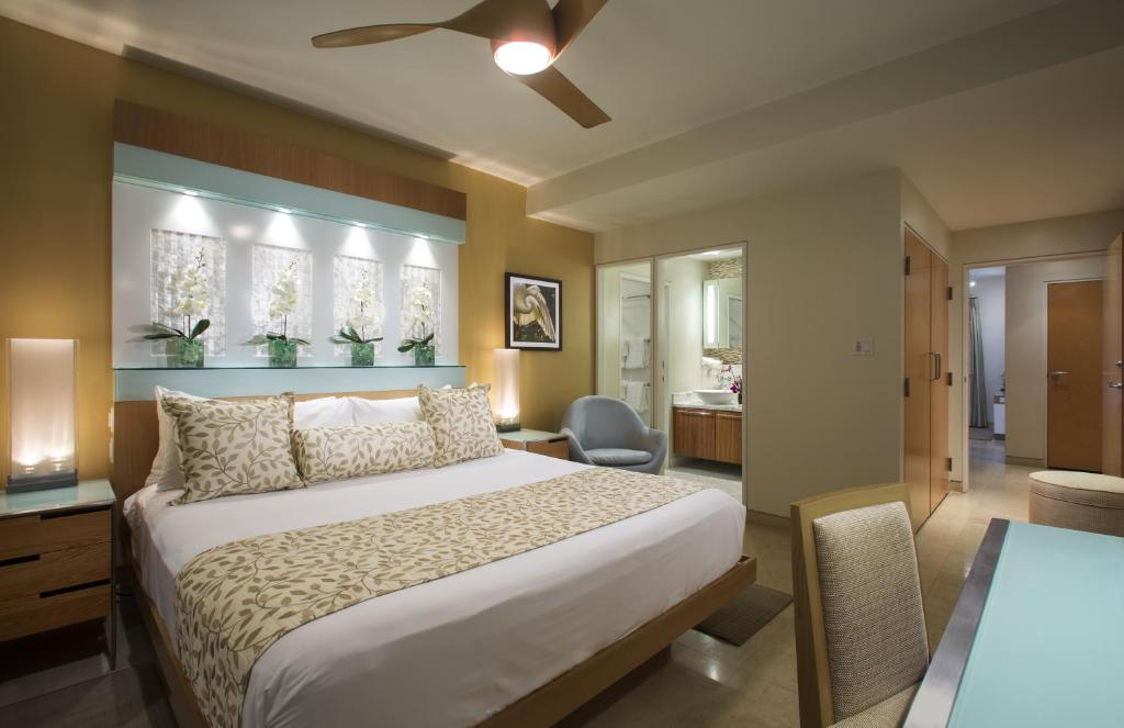 A bed or beds in a room at Santa Maria Suites Resort
