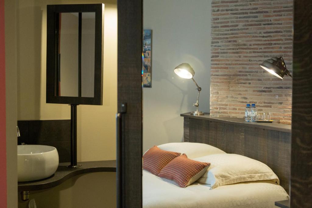 A bathroom at L'Escale en Couleur