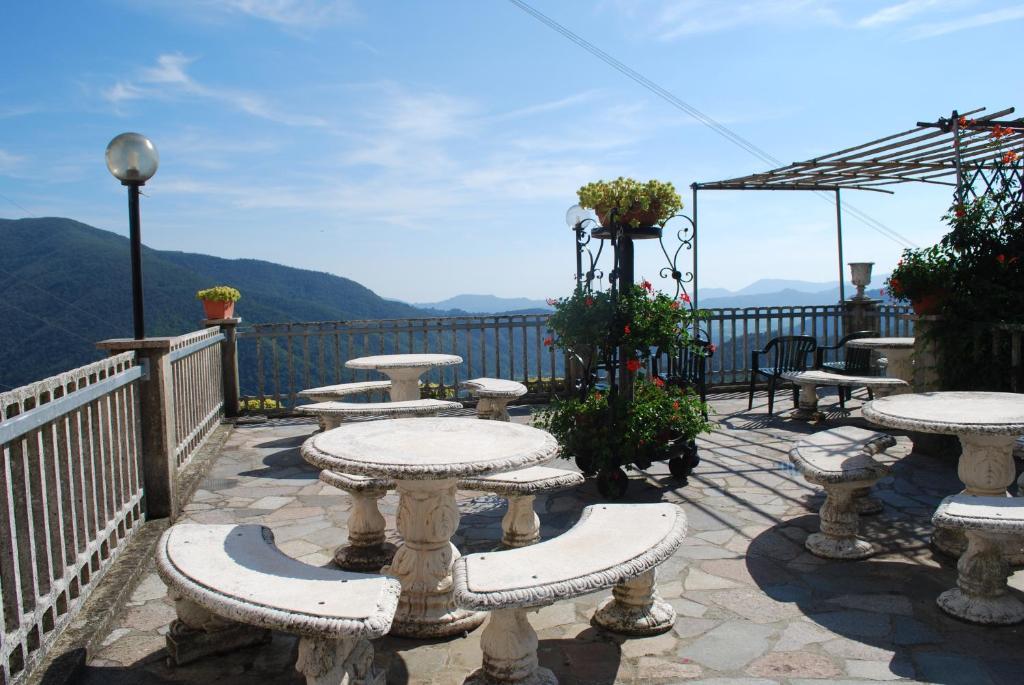 Отель Mirador с видом на горы расположен в городе Аулла, в 45 км от коммуны Виареджо. К услугам гостей терраса для загара, бар, бесплатный Wi-Fi во всех зонах и бесплатная частная парковка на территории.