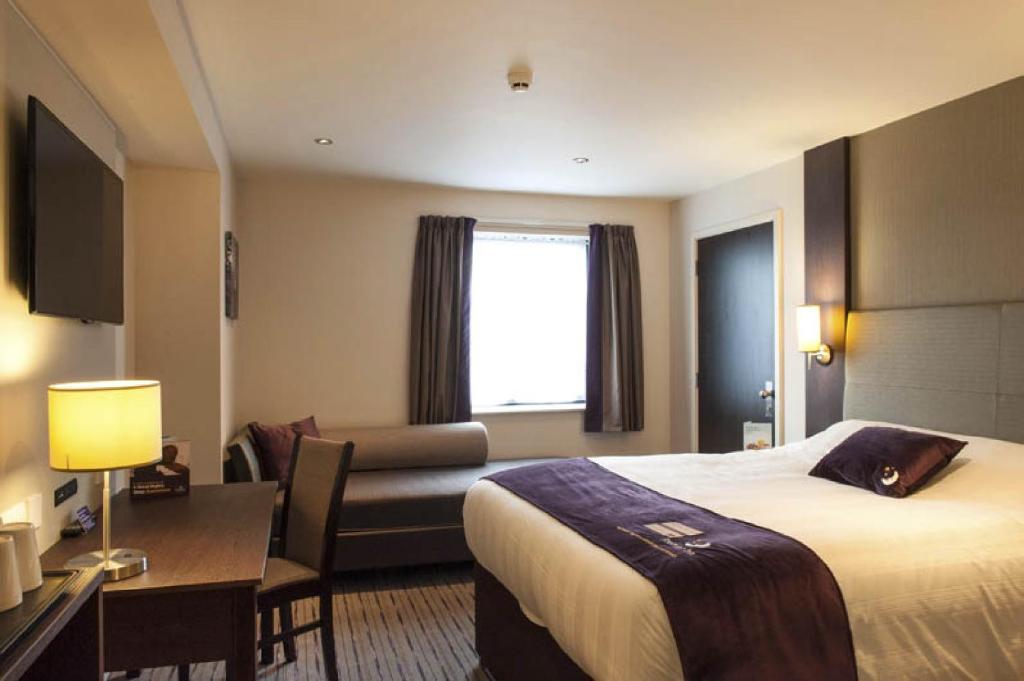 premier inn london city aldgate uk. Black Bedroom Furniture Sets. Home Design Ideas