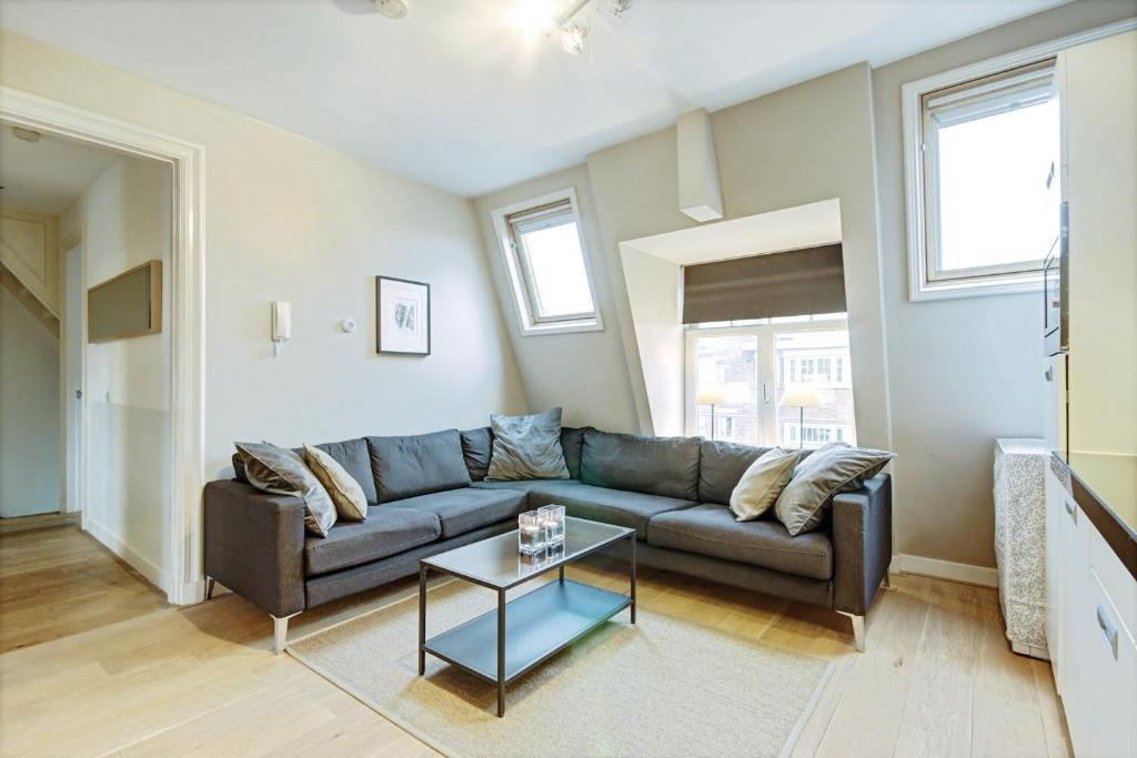 A seating area at Gallery 4 Apartment