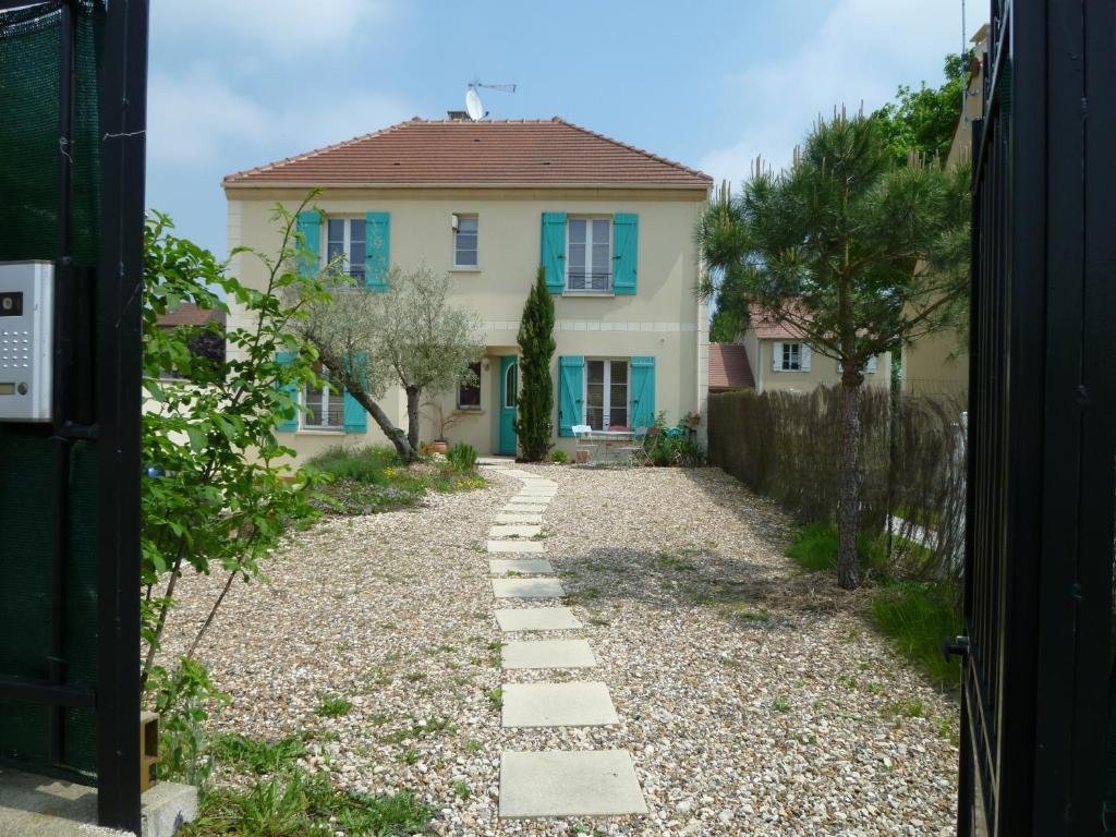 villa paradisiaque avec piscine france beaumont sur oise. Black Bedroom Furniture Sets. Home Design Ideas