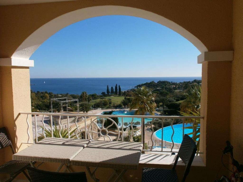 A view of the pool at Sci Cap Esterel or nearby