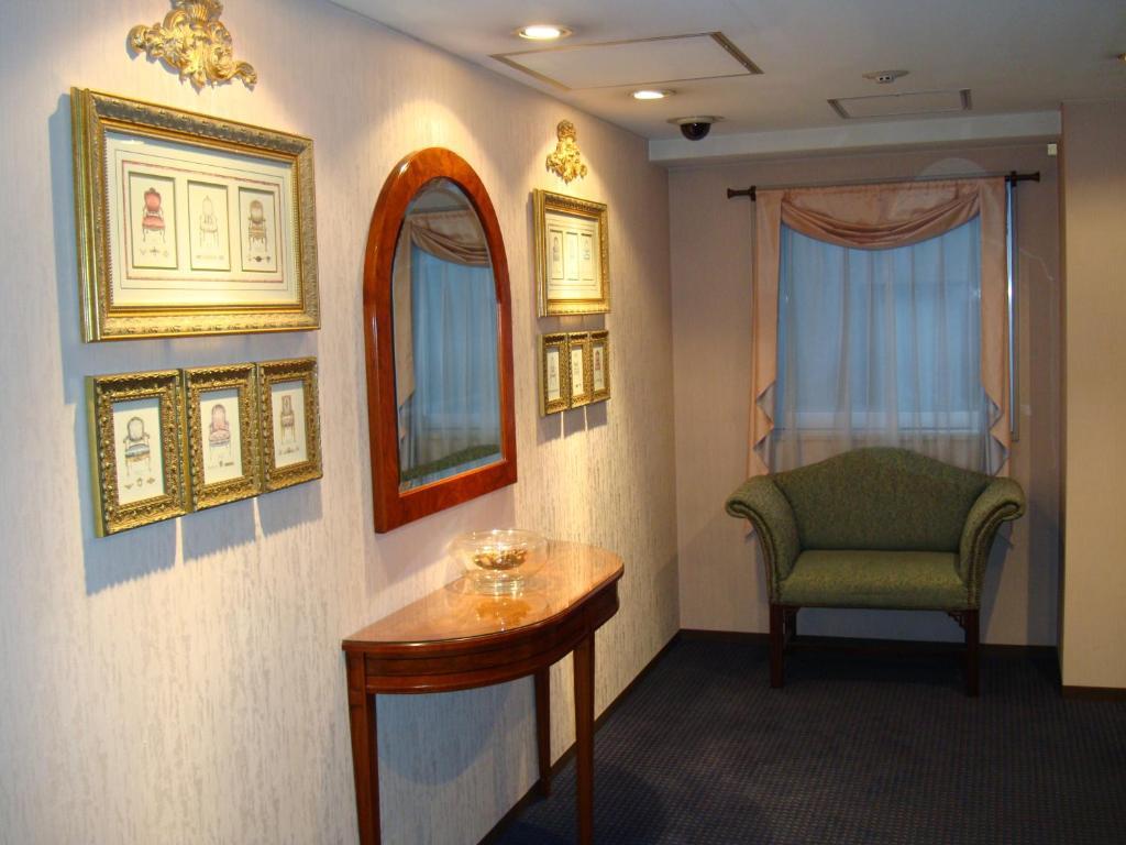 ポイント1.ヨーロッパ製の家具を配置した気品ある客室