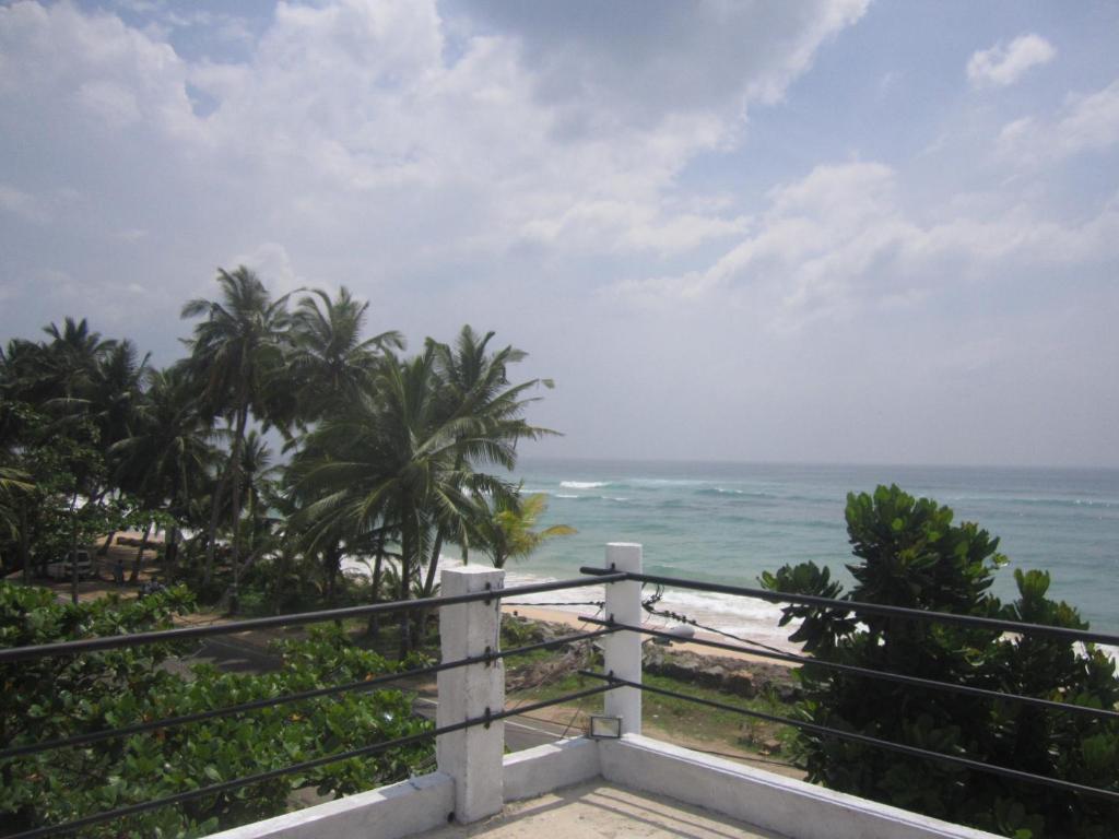 White Surfing Beach Hotel, Унаватуна