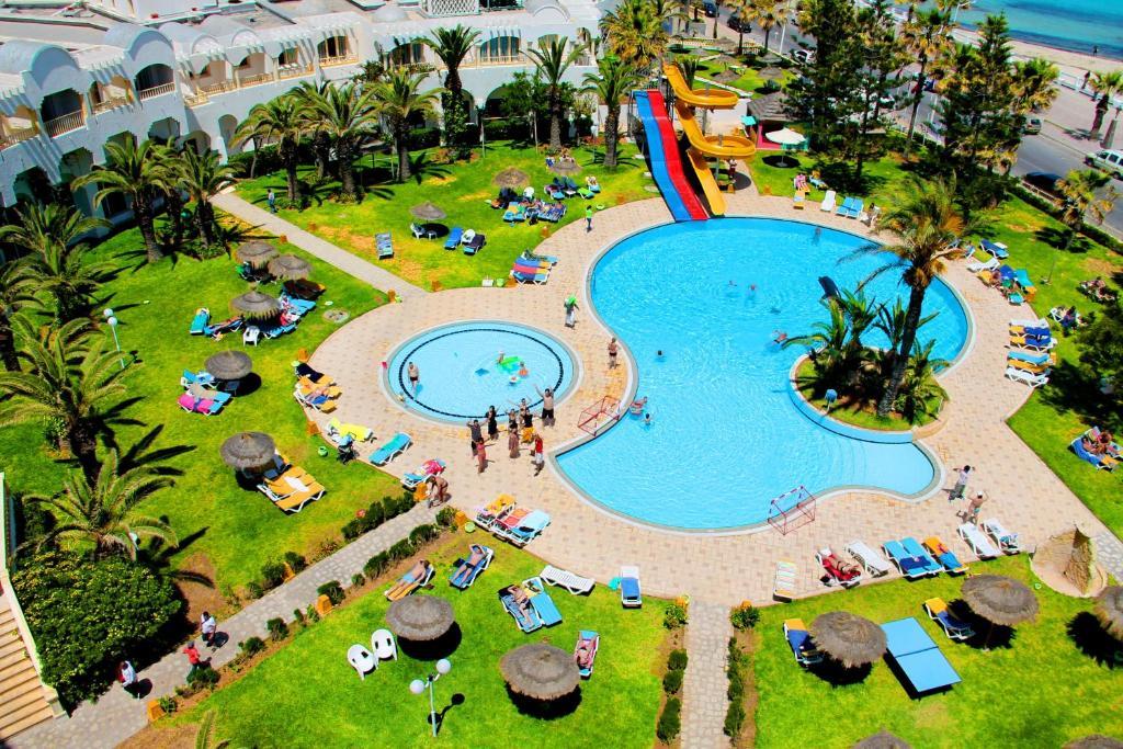 До пляжа можно дойти всего за 2 минуты. Отель Delphin El Habib расположился на морском побережье в центре города Монастир. Отель, недавно полностью отреставрированный и модернизированный, впечатлит Вас убранством вестибюля.