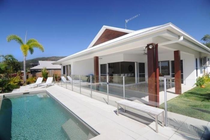 4 cascade house luxury holiday home port douglas for Cascade house