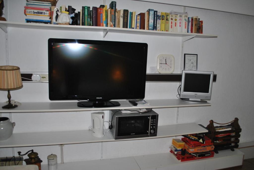 A television and/or entertainment center at Bed & Breakfast Red Rose