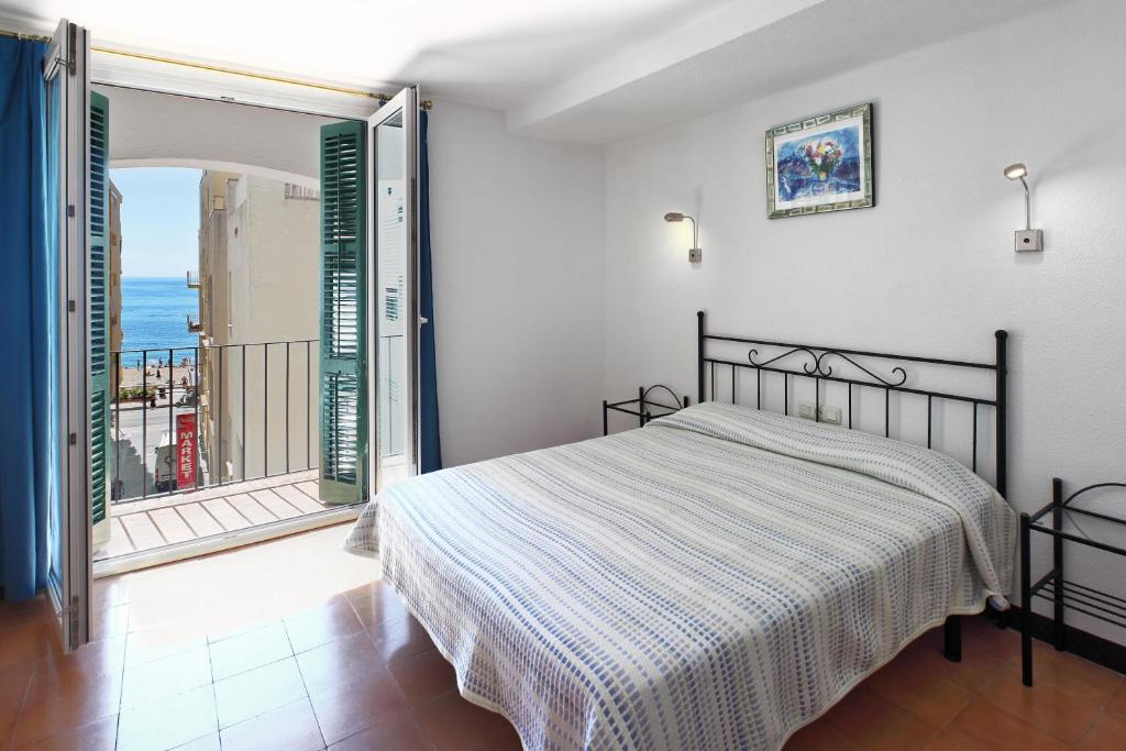 A bed or beds in a room at Hotel Caleta