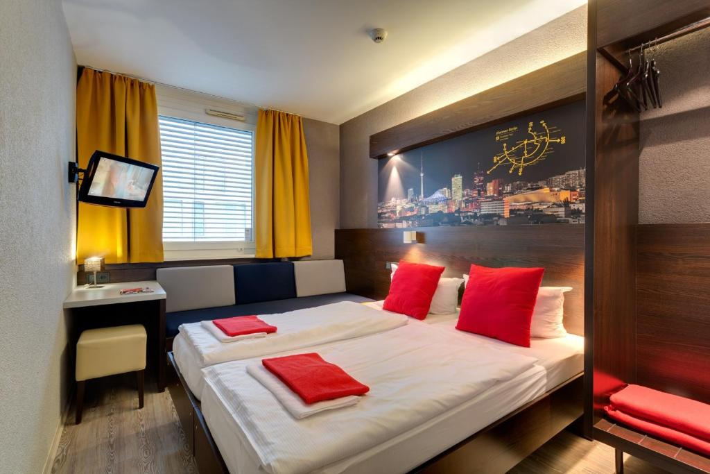A bed or beds in a room at MEININGER Hotel Berlin Hauptbahnhof