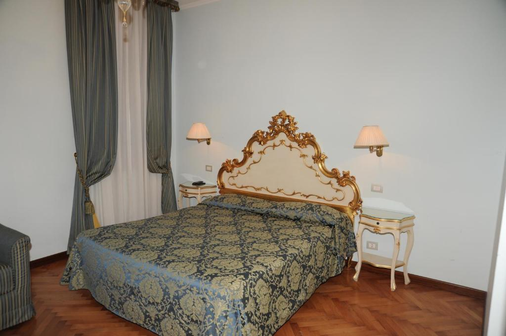 A bed or beds in a room at Alloggi Santa Sofia