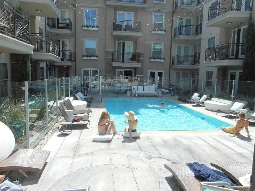 Apartment Luxury 2-Bedroom, 2-Bathroom w Pool, Los Angeles, CA ...