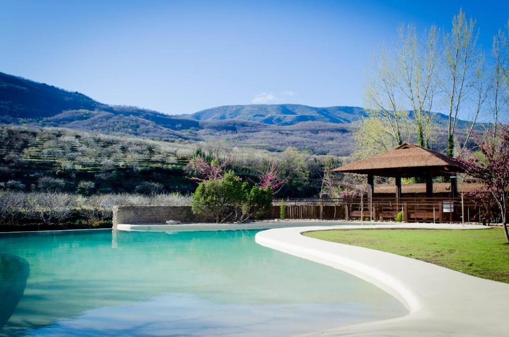 The swimming pool at or near Hospedería Valle del Jerte