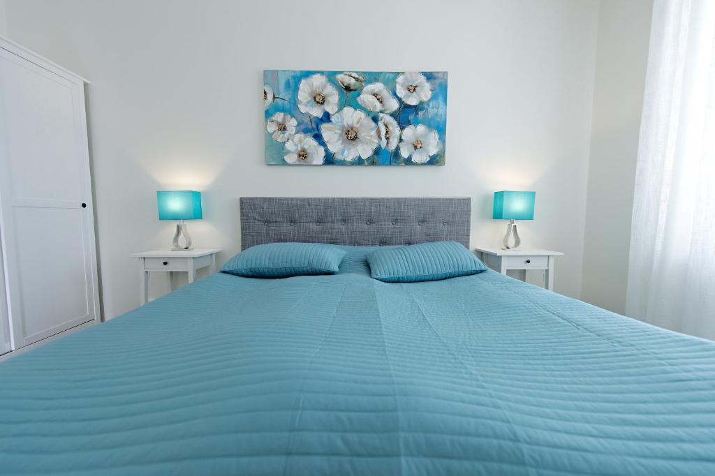A bed or beds in a room at Townhouse Apartments