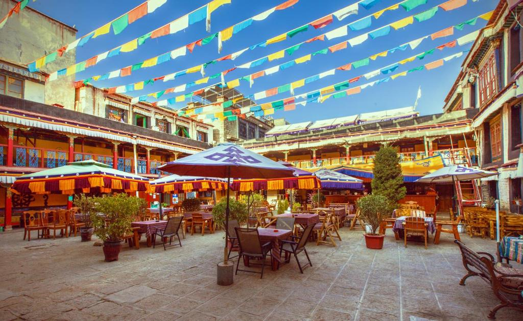 A restaurant or other place to eat at Lhasa Badacang Hotel