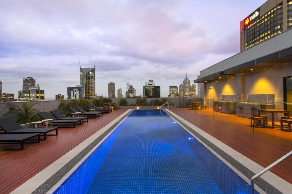 Wyndham hotel melbourne australia for Pool show in melbourne