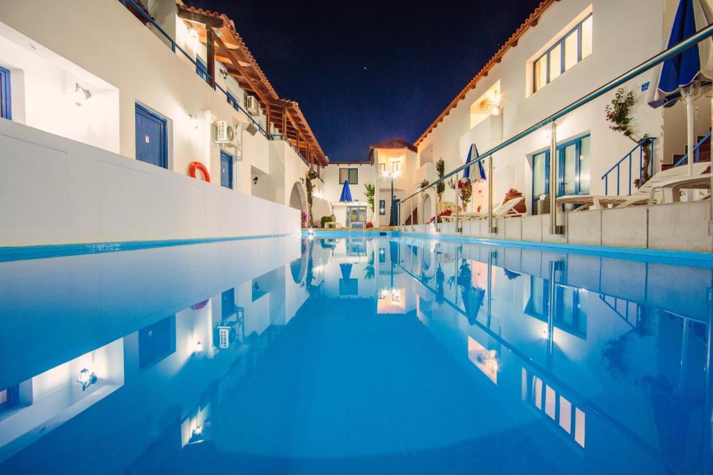 Het zwembad bij of vlak bij Iliana Hotel