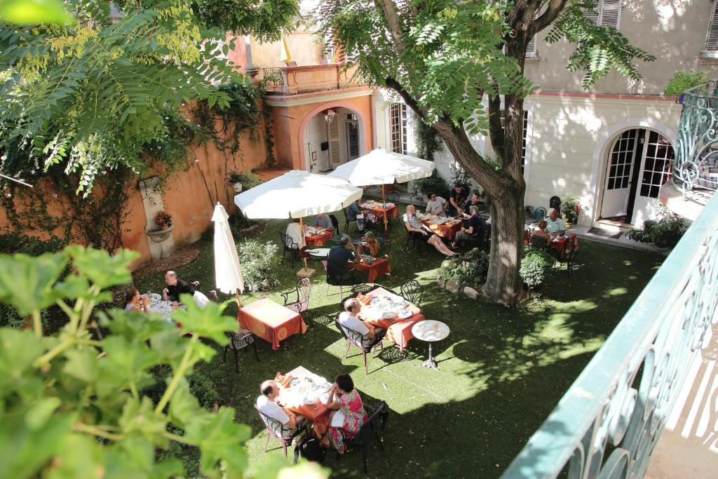 A restaurant or other place to eat at Hôtel du Fiacre