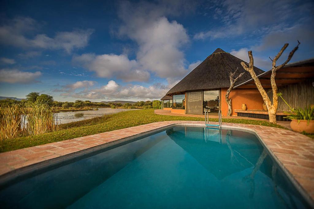 Der Swimmingpool an oder in der Nähe von Mount Etjo Safari Lodge