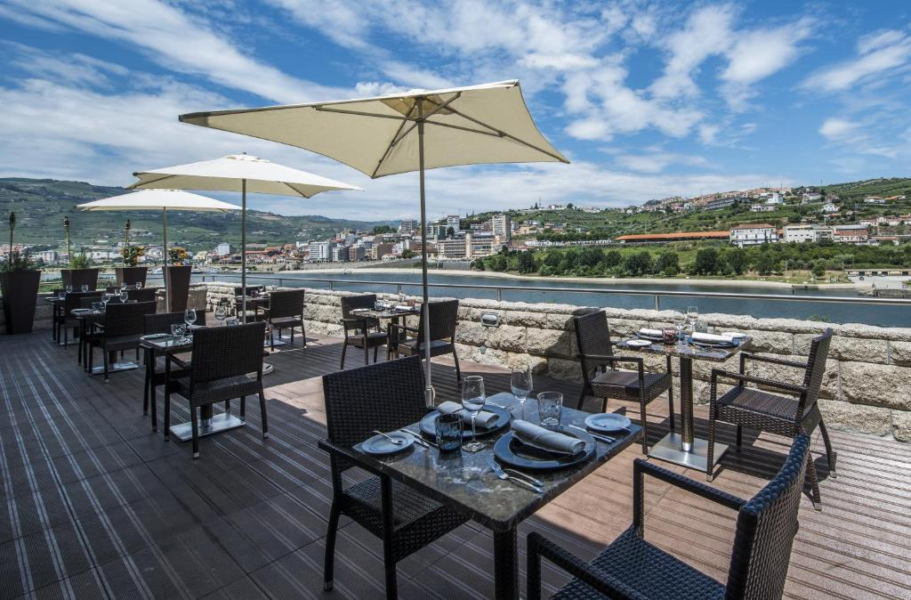 A restaurant or other place to eat at Vila Gale Collection Douro