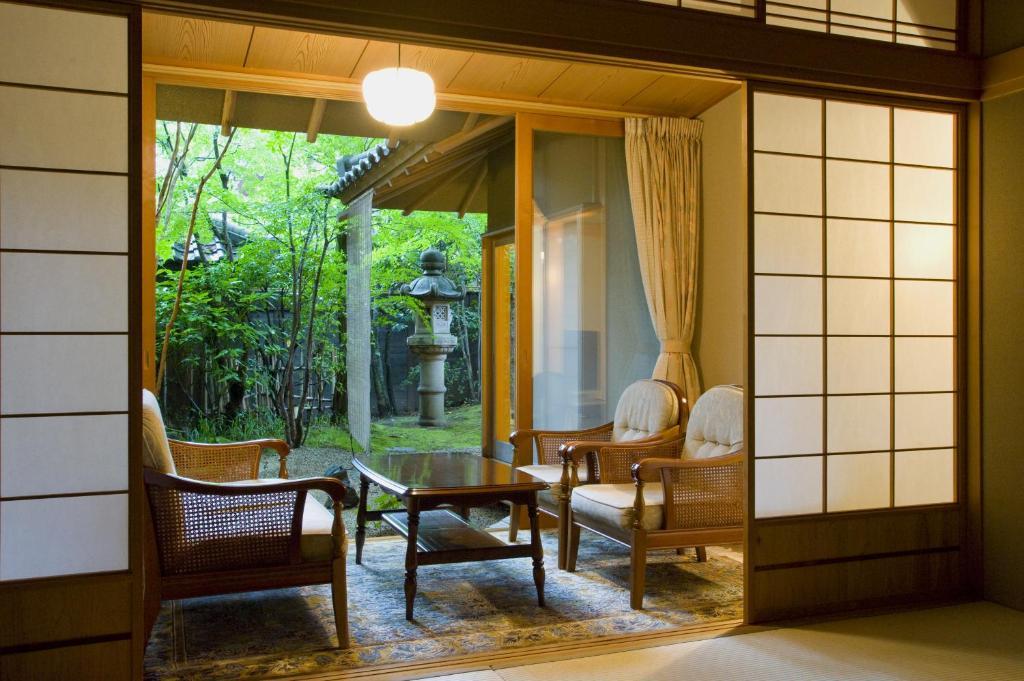ポイント1.露天風呂や中庭を設えた純和風の客室