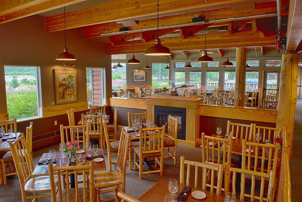 A restaurant or other place to eat at Seward Windsong Lodge