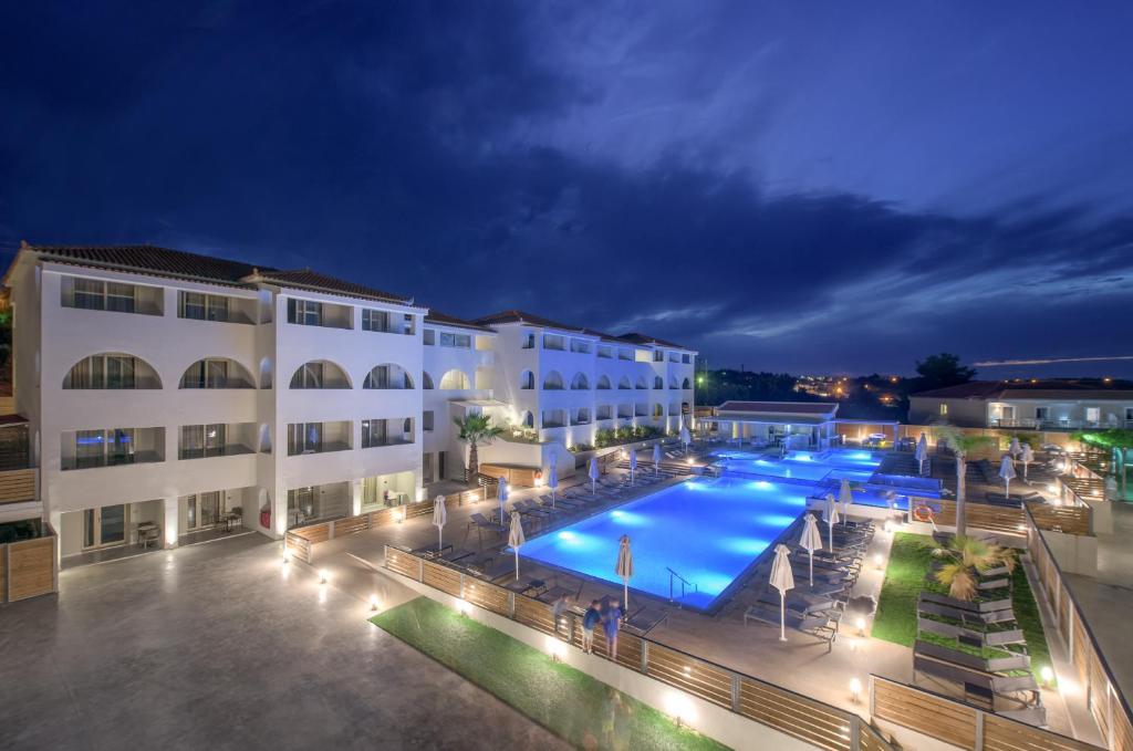 Vista sulla piscina di Azure Resort & Spa o su una piscina nei dintorni