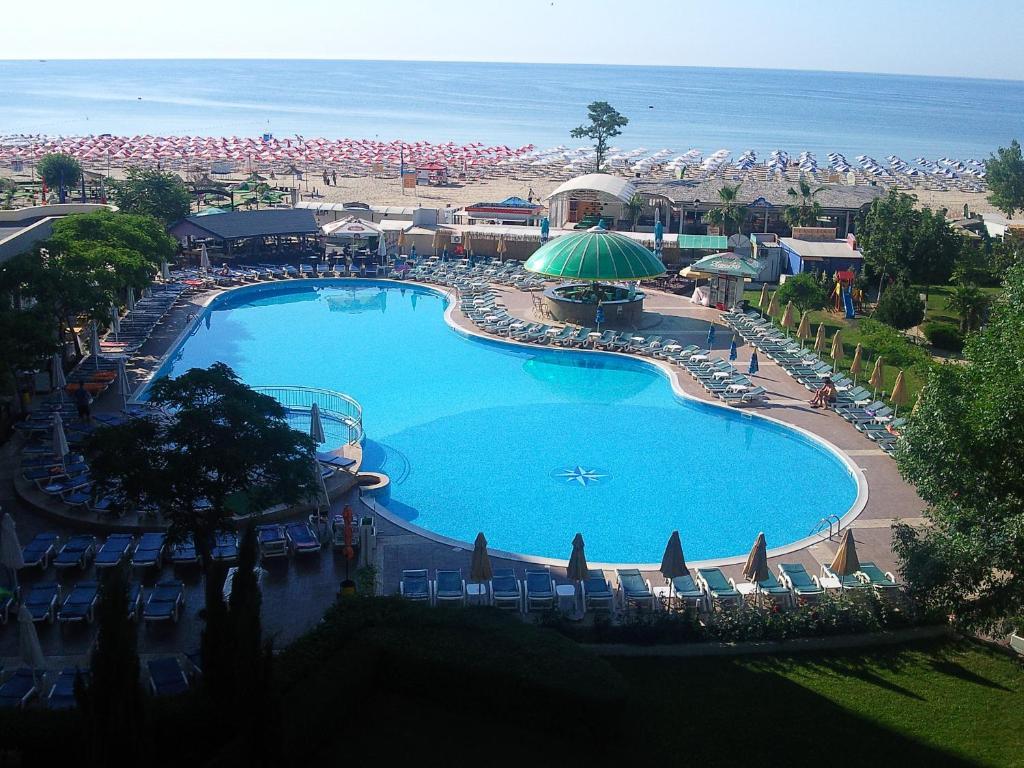 До пляжа можно дойти всего за 2 минуты. Отель Slavyanski расположен рядом с пляжем на побережье Чёрного моря. К услугам гостей номера с балконом, бесплатный Wi-Fi на всей территории и открытый бассейн с террасой и баром. За дополнительную плату можно воспользоваться шезлонгами.