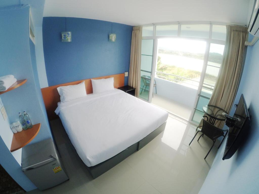 A bed or beds in a room at Chiangkhong Green River