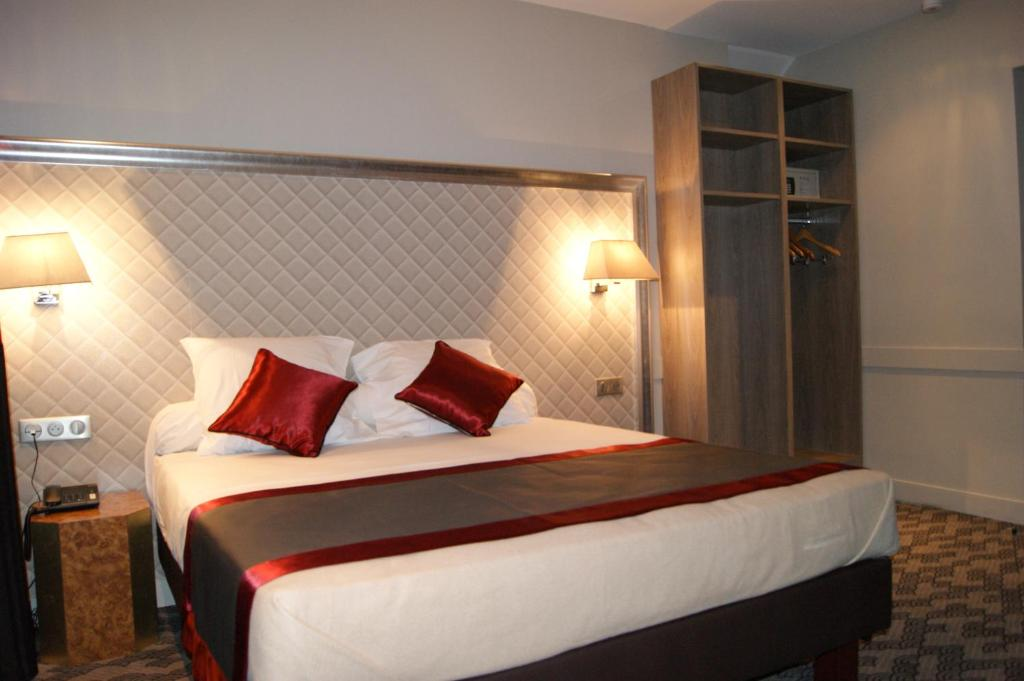 A bed or beds in a room at Hotel d'Amiens