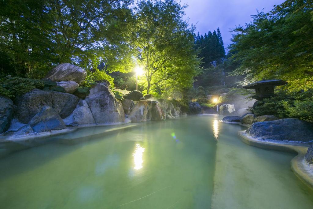 ポイント3.お肌つるつるになれるエメラルドの温泉