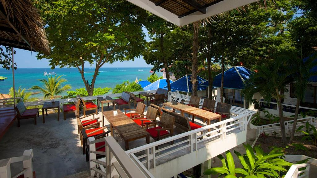 A restaurant or other place to eat at Simple Life Talay & Divers Resort